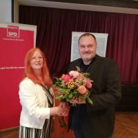Der Vorsitzende Hannes Gräbner gratuliert der mit überwältigender Mehrheit gewählten Landratskandidatin Christine Negele